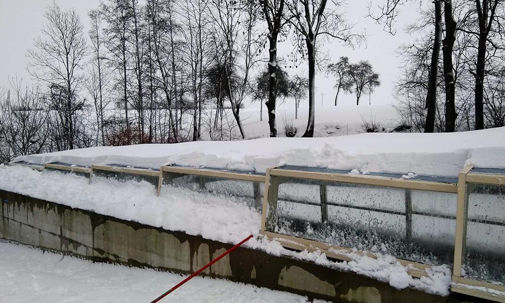 Discret middelhoge zwembadoverkapping - Zwembadbijlage in de sneeuw in Oostenrijk